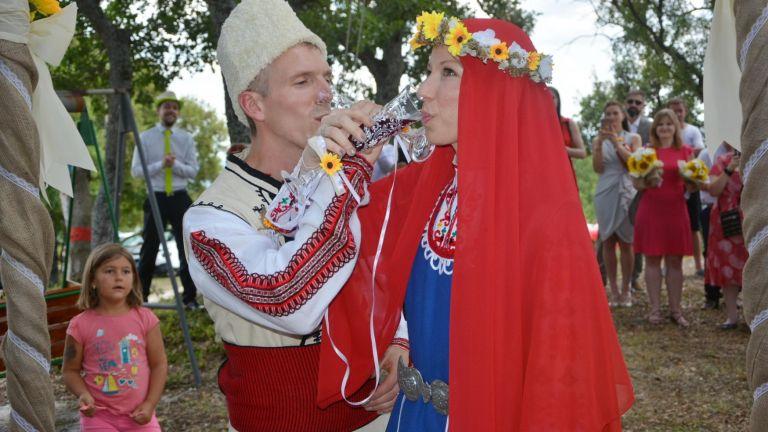 """Първа сватба от 46 години в село Хухла: Българка и англичанин си казаха """"да"""""""