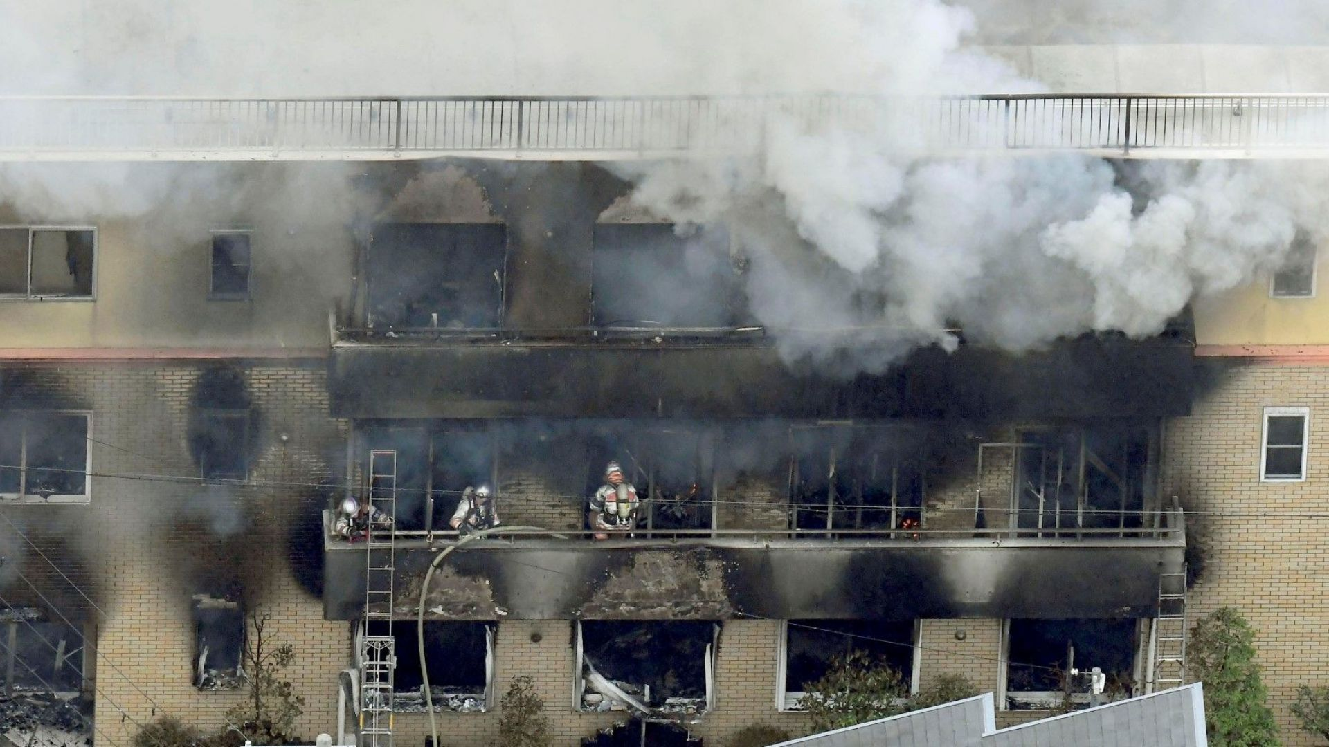 Палежът в анимационнотo студио в Киото уби поне 33 души