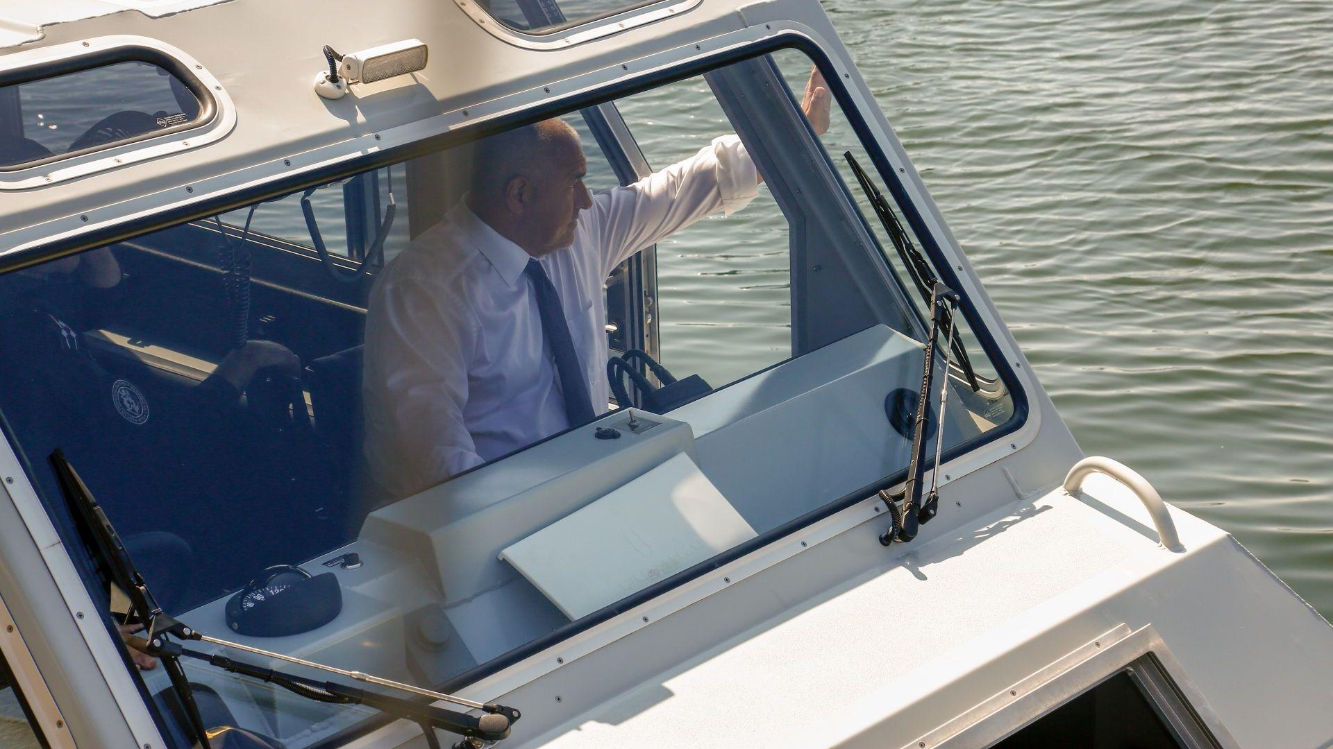Бойко Борисов пак е на живо - този път управлява катер към военното учение край Варна