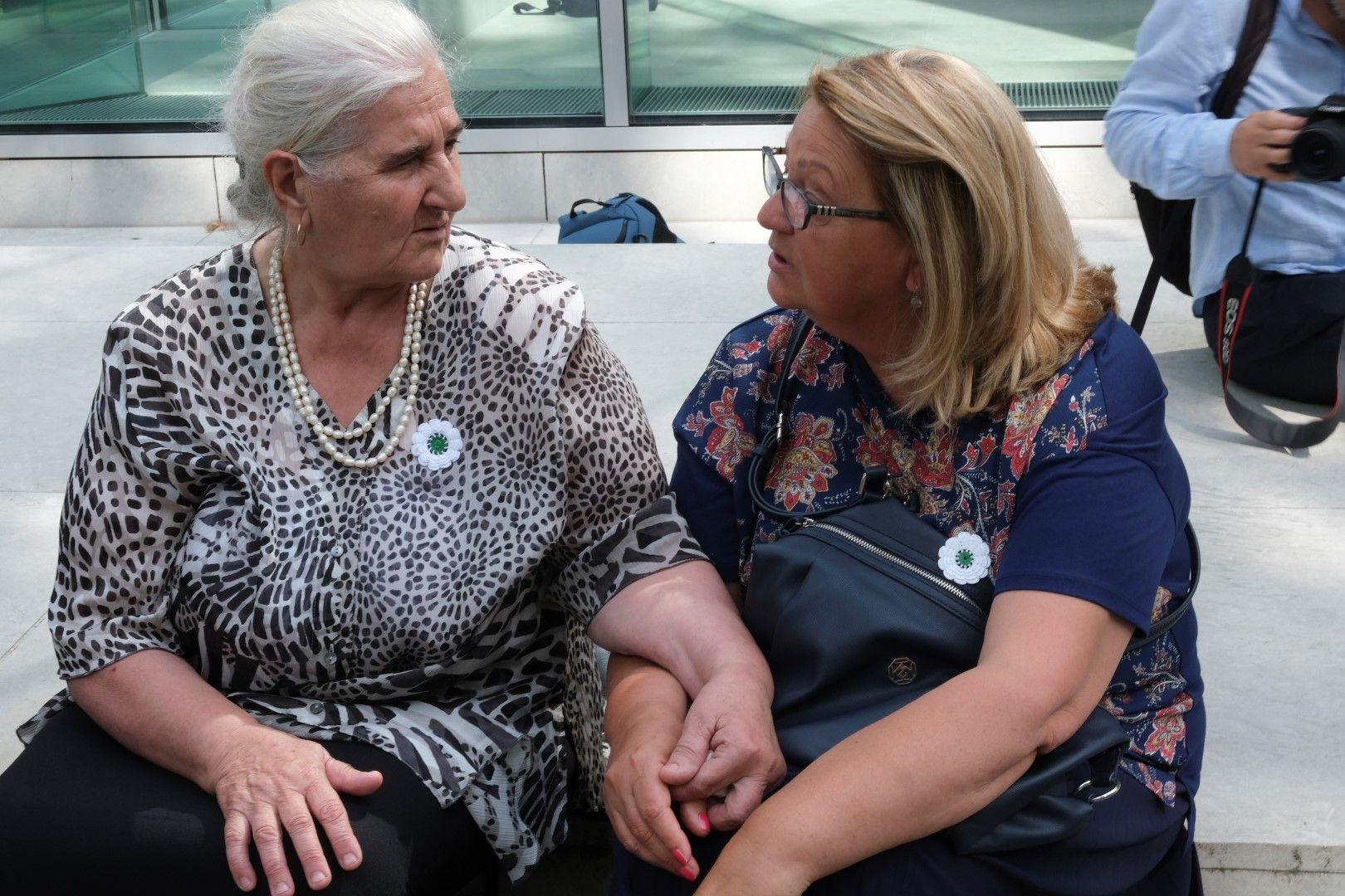 Минира Субашич (вляво) и Нермина Лакота от организацията Майките на Сребреница пред Върховния съд в Хага, 19 юли 2019 г.
