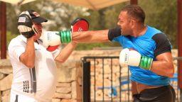 Кобрата тренира здраво в Испания преди решаващия ден в Калифорния