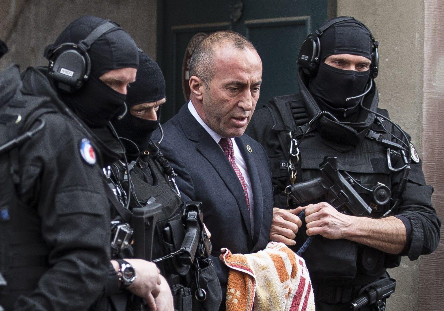 Бившият премиер на Косово Рамуш Харадинай напуска съдебната зала във френския град Колмар, ескортиран от маскирани полицаи, 12 януари, 2017 г.