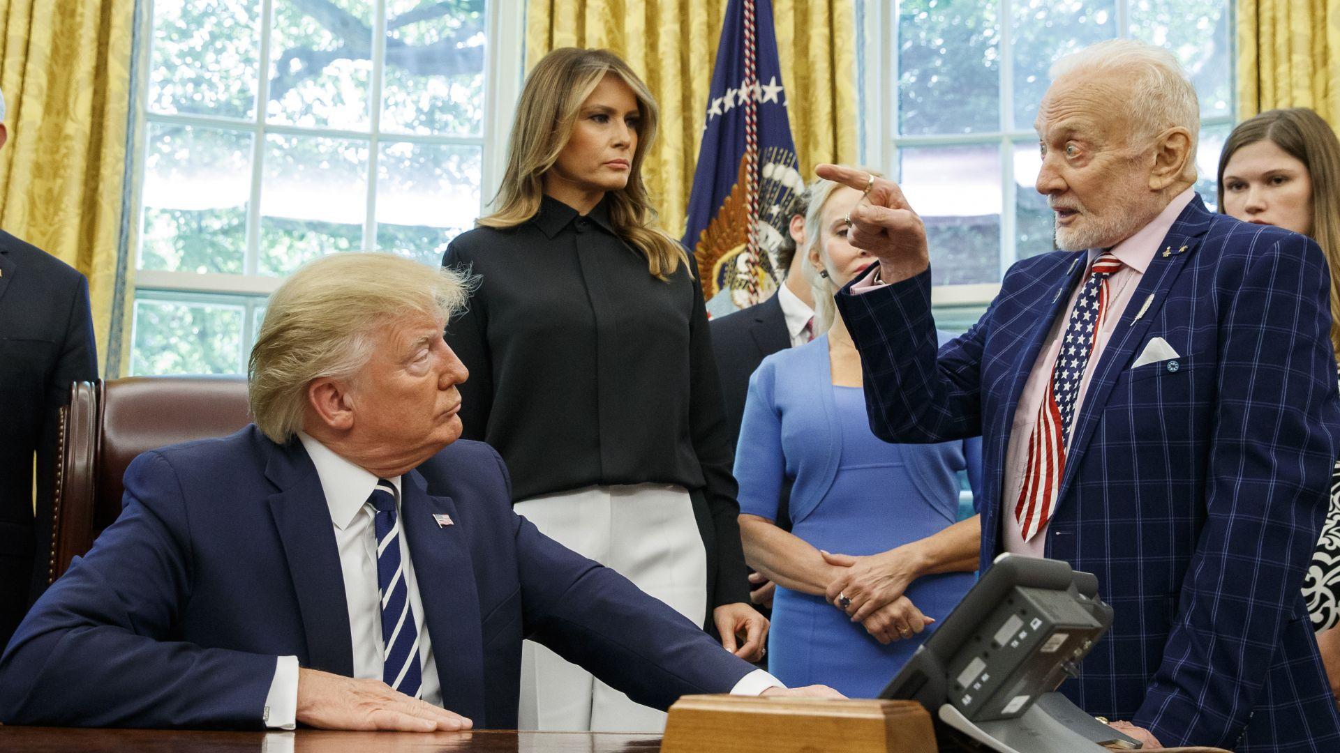 Доналд Тръмп слуша разказ на Бъз Олдрин