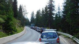 Колона от коли по пътя за Роженския събор