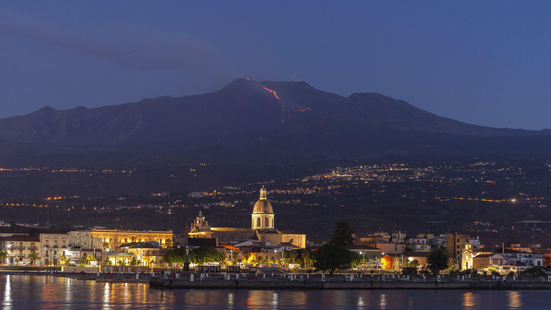 Сицилианският вулкан Етна изригна тази нощ, предаде Франс прес. Лава