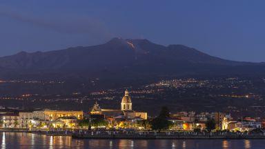 Вулканът Етна изригна отново, затворени са 2 летища
