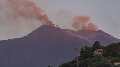 Изригване на вулкана Етна обърка полетите на летището в Сицилия
