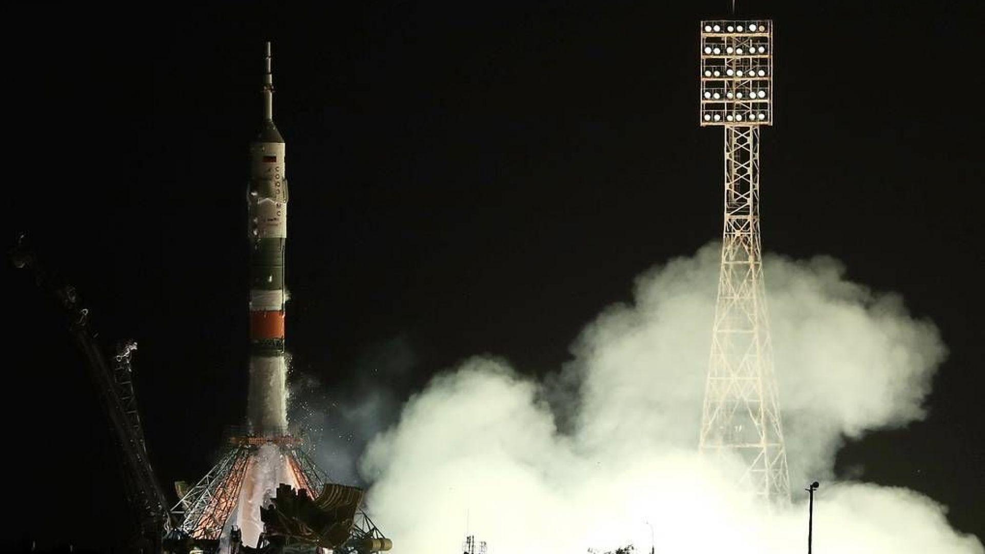 Руска космическа капсула с трима астронавти се отправи към МКС (видео)