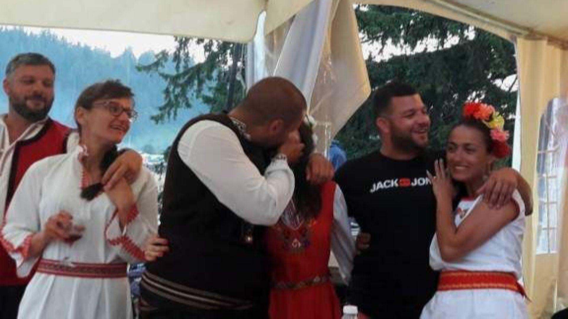 Овации от стотици непознати хора събра истинска сватба на събора