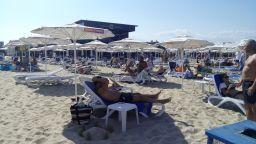 Ангелкова проверява плаж заради сметка от 64 лв. за два чадъра и четири шезлонга