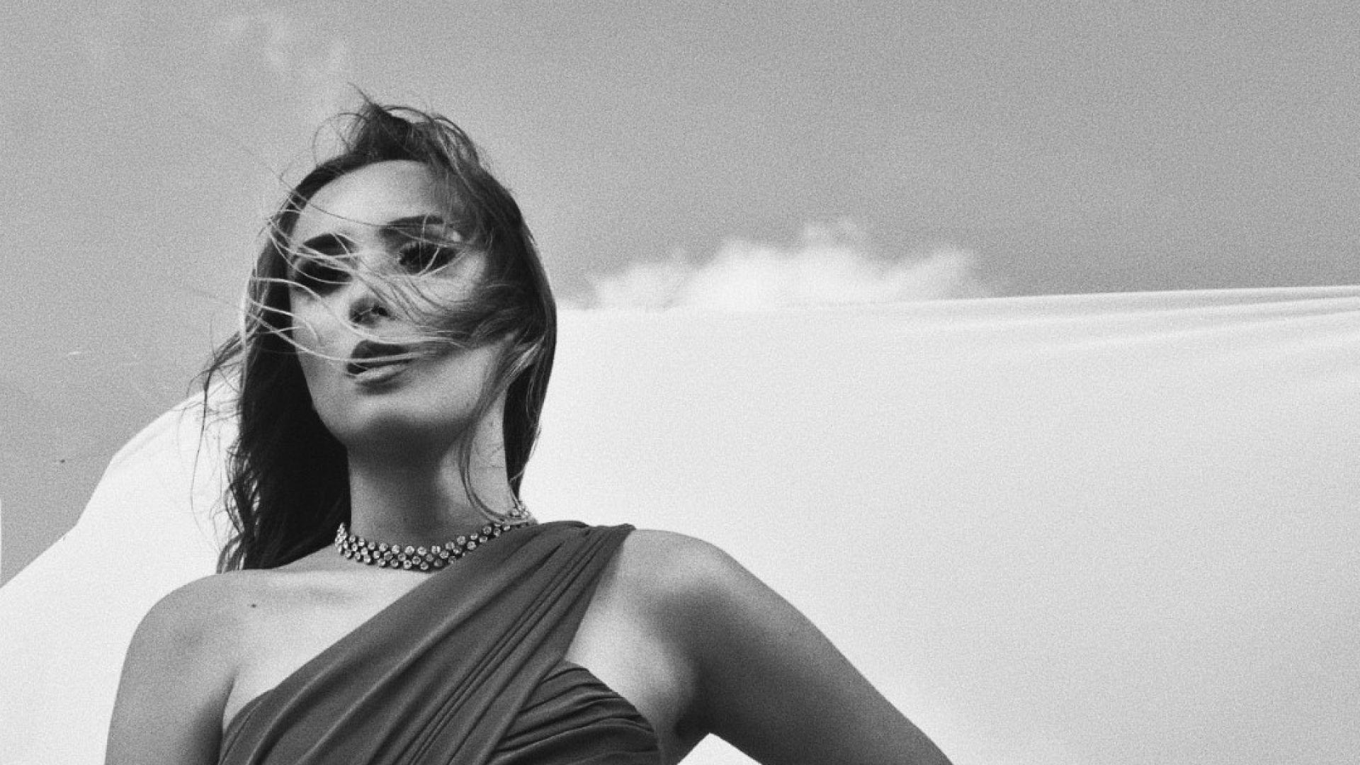 Дара Екимова се обръща към своя любим в нова песен на гръцки