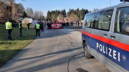 Словения праща войници на границата да помагат на полицията срещу бежанци