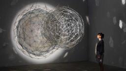 """Датският """"повелител на светлината"""" Олафур Елиасън представя изложба в Tate Modern в Лондон"""
