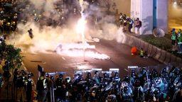 Хонконг е в шок след нощната атака на въоръжена тълпа в жп гара (видео)