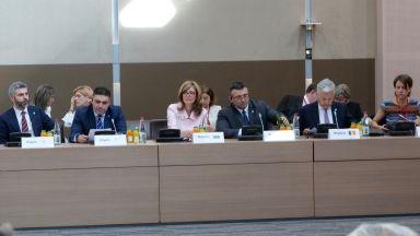 Захариева и Маринов се обявиха против приемането на мигранти директно от корабите