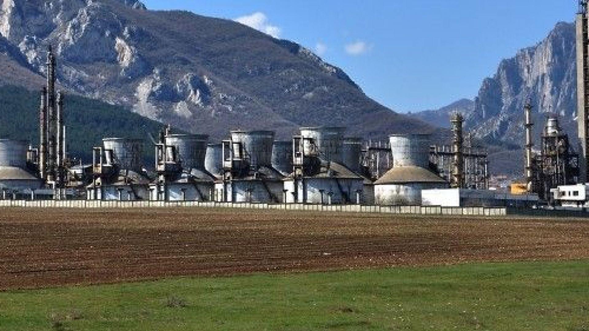 Серовъглеродът, съхраняван в потенциално опасни контейнери на площадка на територията