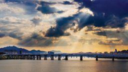 Придошла река отнесе солиден железен мост (видео)