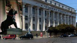 Гол мъж яхна един от лъвовете пред Съдебната палата в София