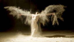 Фотограф заснема чувствени хореографии с помощта на брашно