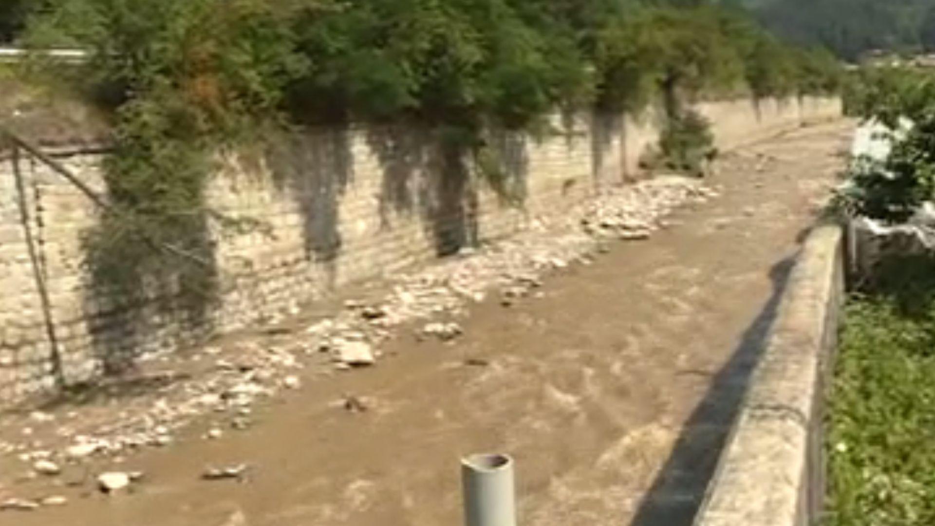 Река Черна Места подкопа част от пътя за Юндола