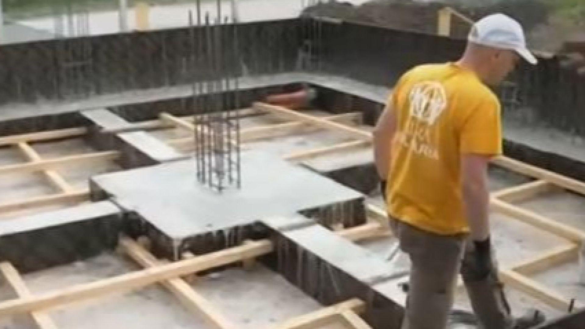 Доброволци строят къща за самотна майка с две деца