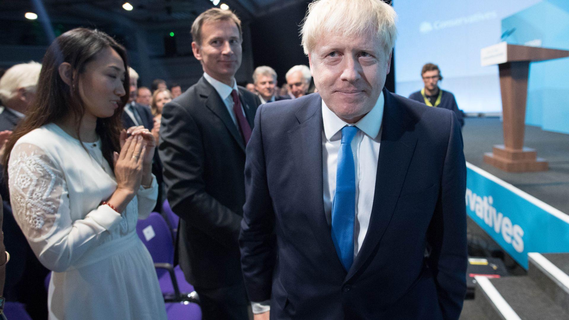 """Защо се усмихваме на Борис Джонсън - """"пичът"""", с историите за банани и презервативи"""