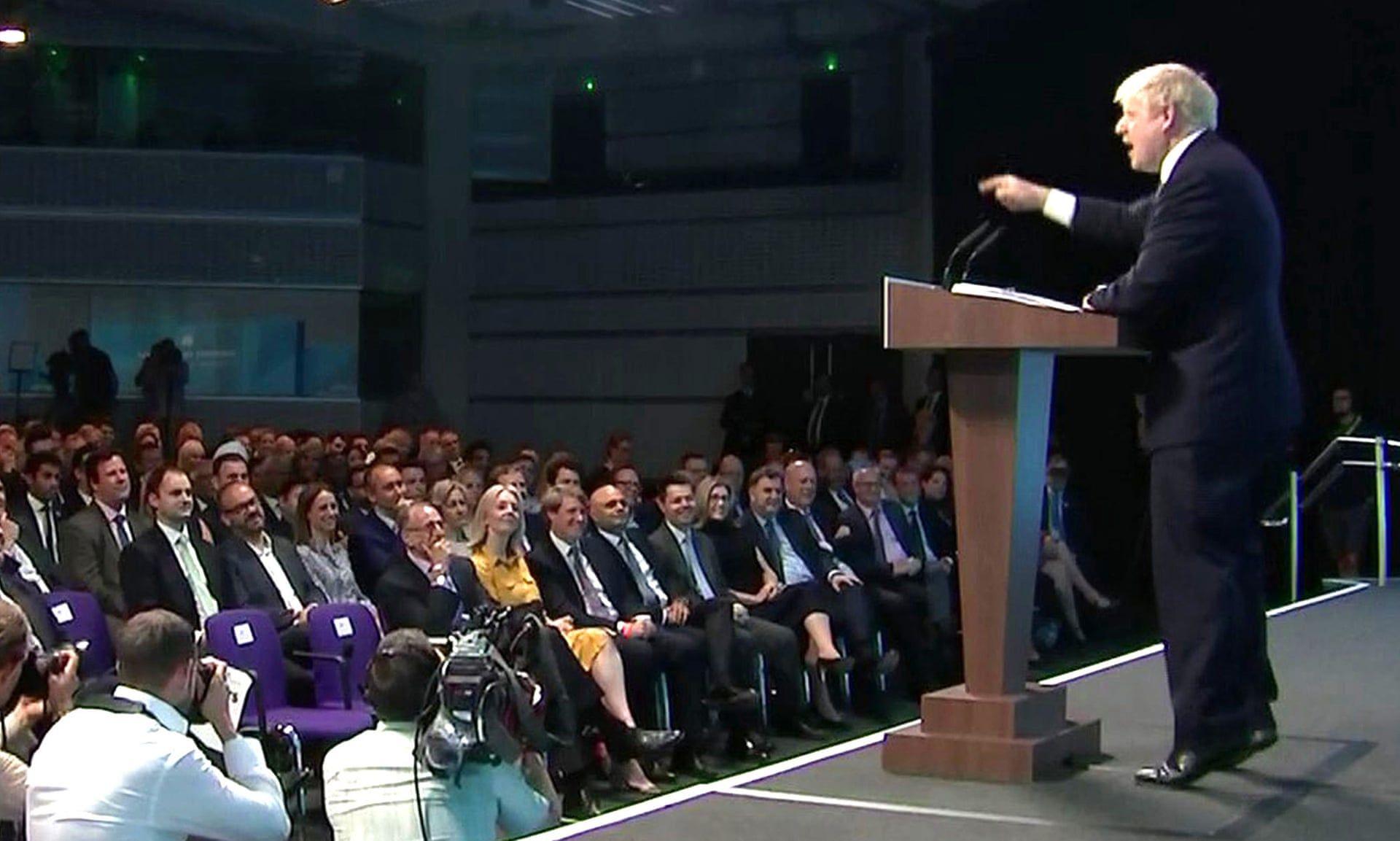 Борис Джонсън се надига на пръсти по време на речта си
