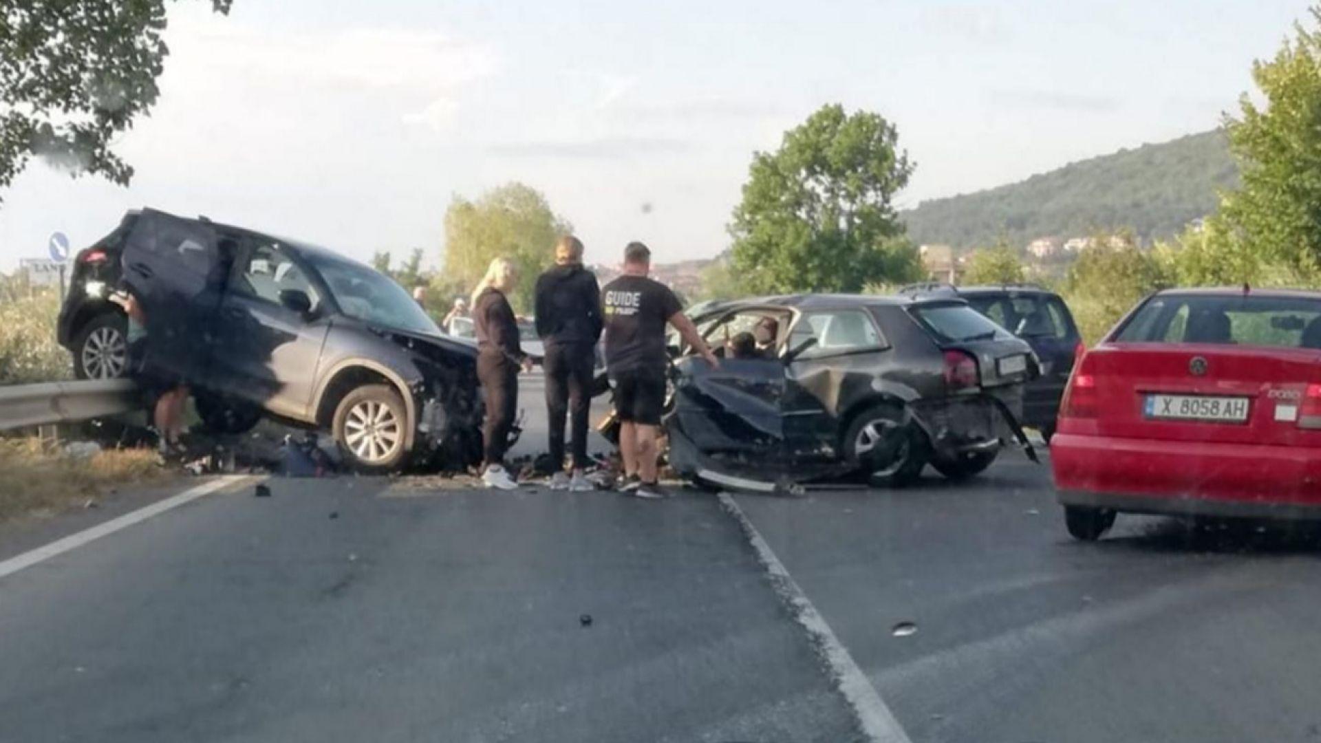 Чужденка загина при челен удар след изпреварване на автобус край Обзор