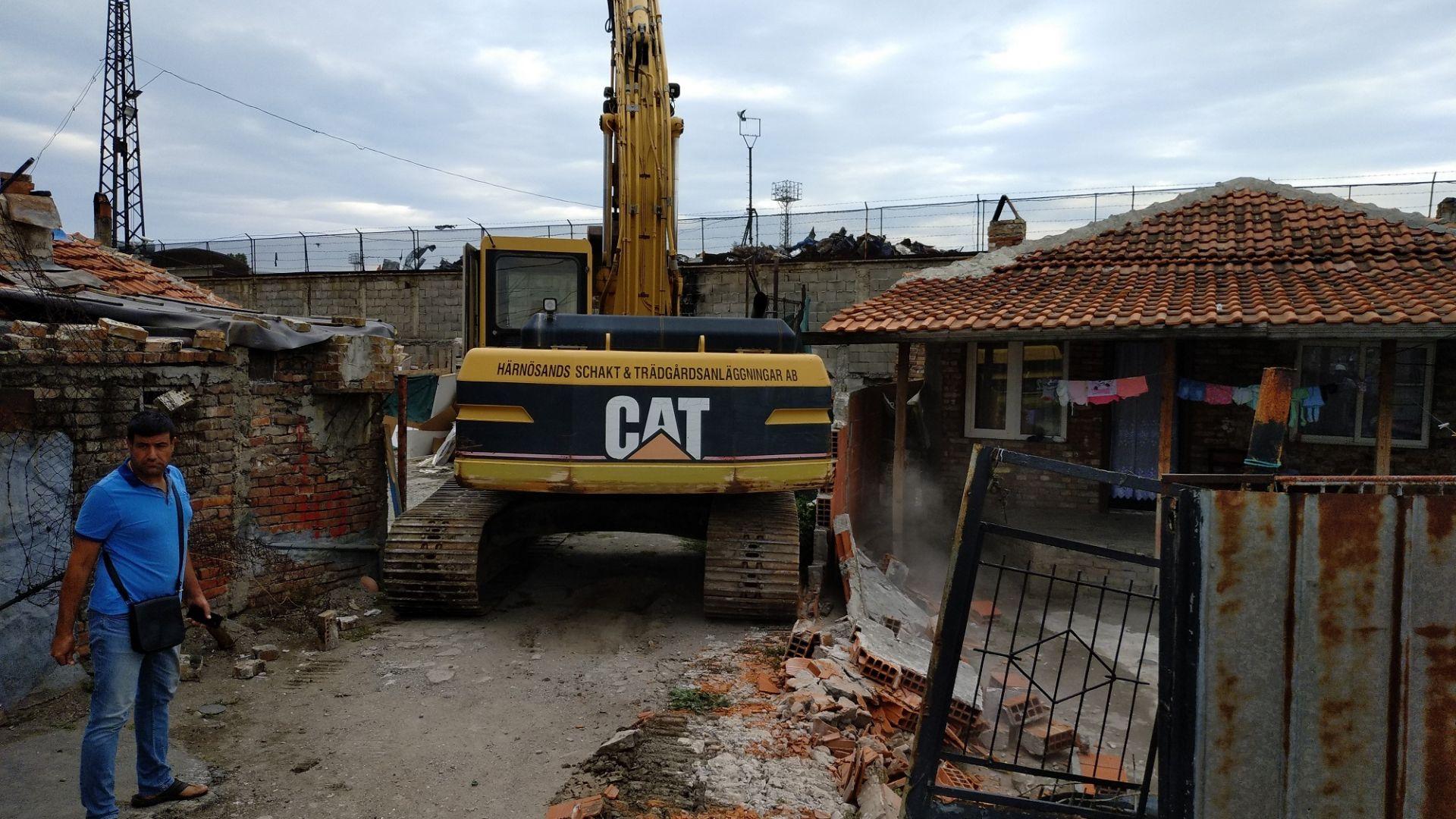 """Багери в бургаския квартал """"Победа"""" бутат 20 незаконни къщи (снимки и видео)"""