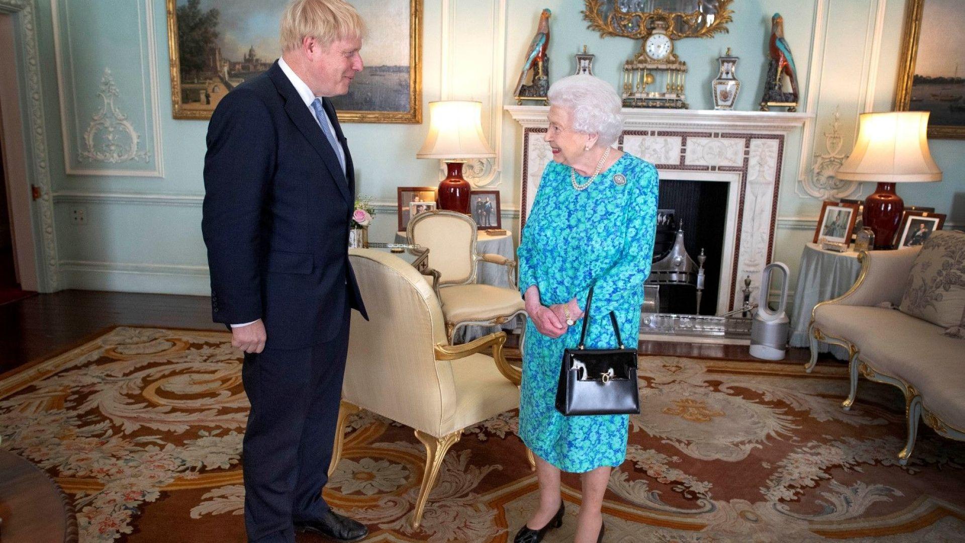 Снимка: Борис Джонсън стана официално премиер, протестиращи му препречиха пътя пред Бъкингам