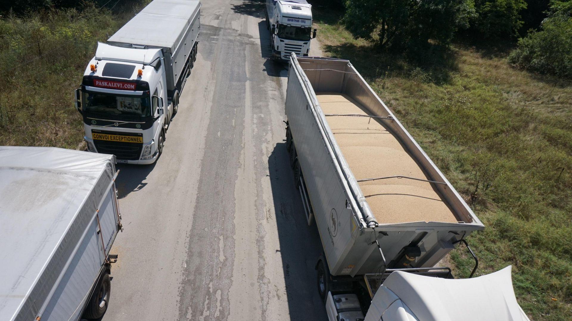 Колона от камиони със зърно задръстват Аспаруховия мост (снимки)