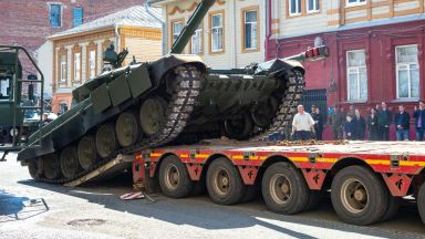 Румъния конфискува руски танкове и БТР-и на път за Сърбия