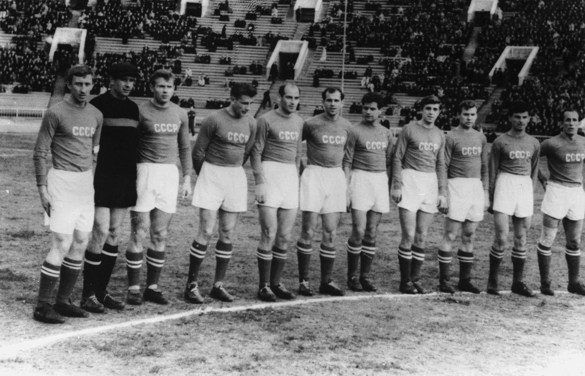 Отборът на СССР преди Световното в Швеция, строен за една от последните си контроли - вляво първите трима са капитанът Игор Нето, Лев Яшин и Стрелцов.