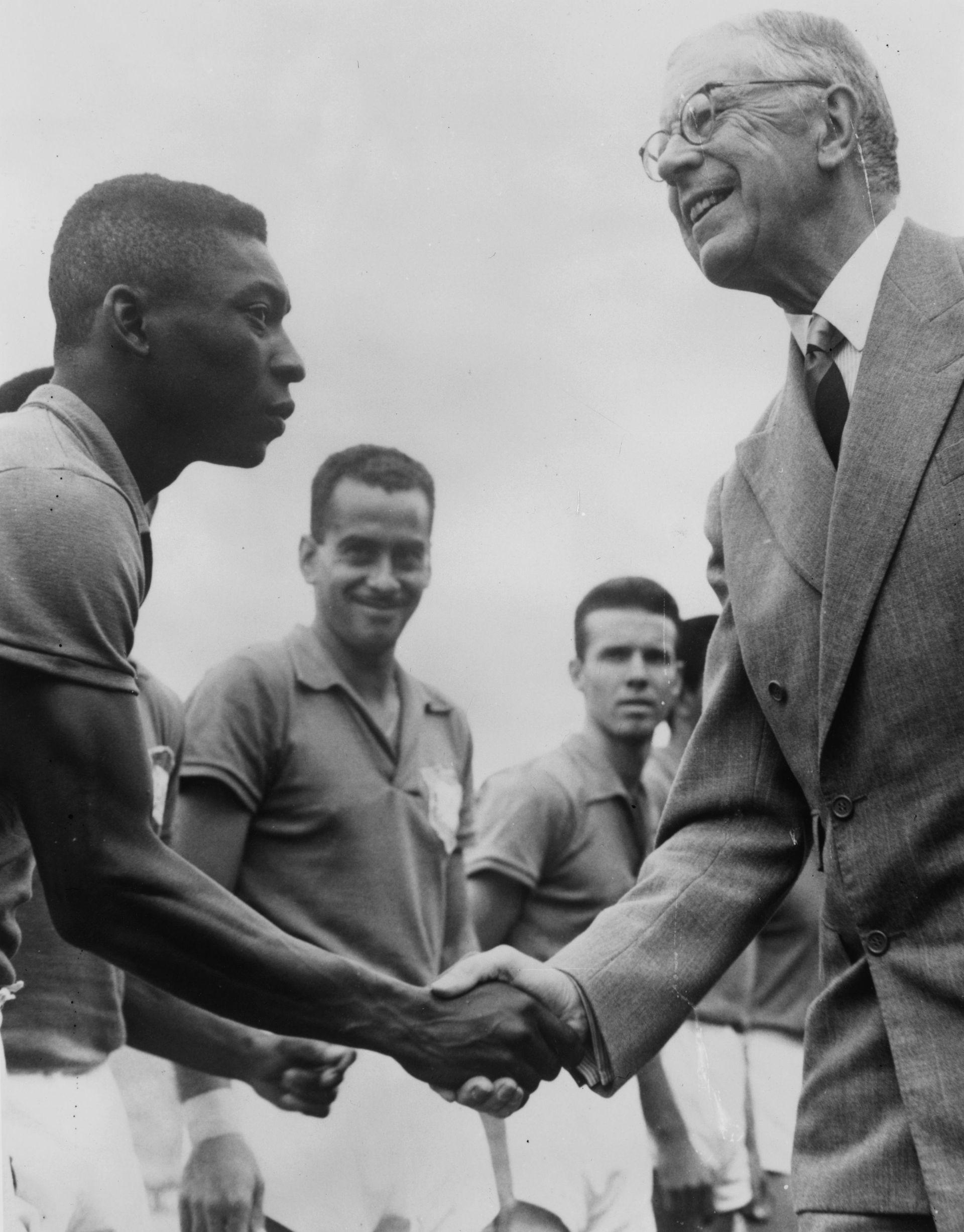През същто лято на 1958 г., което преобръща живота на Стрелцов, Пеле получава световна слава и купата на шампион на планетата от шведския крал в Стокхолм.
