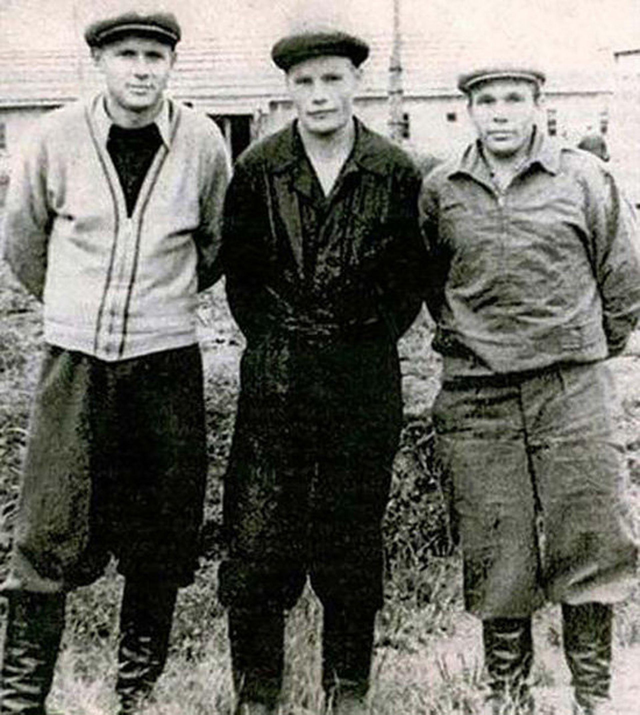 В лагера - единствената му снимка (крайният вляво).