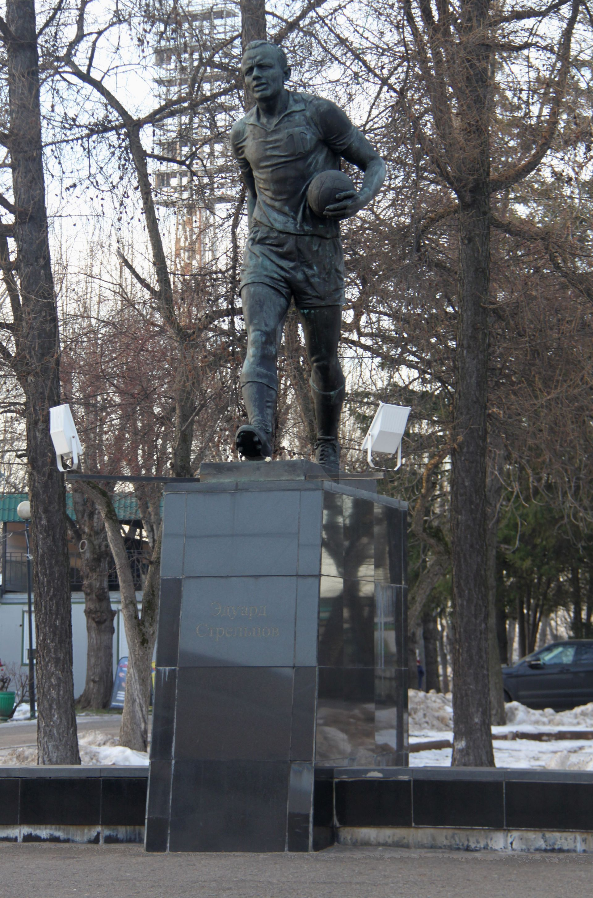 Паметникът на Едуард Стрелцов пред стадиона на Торпедо, който днес носи неговото име.