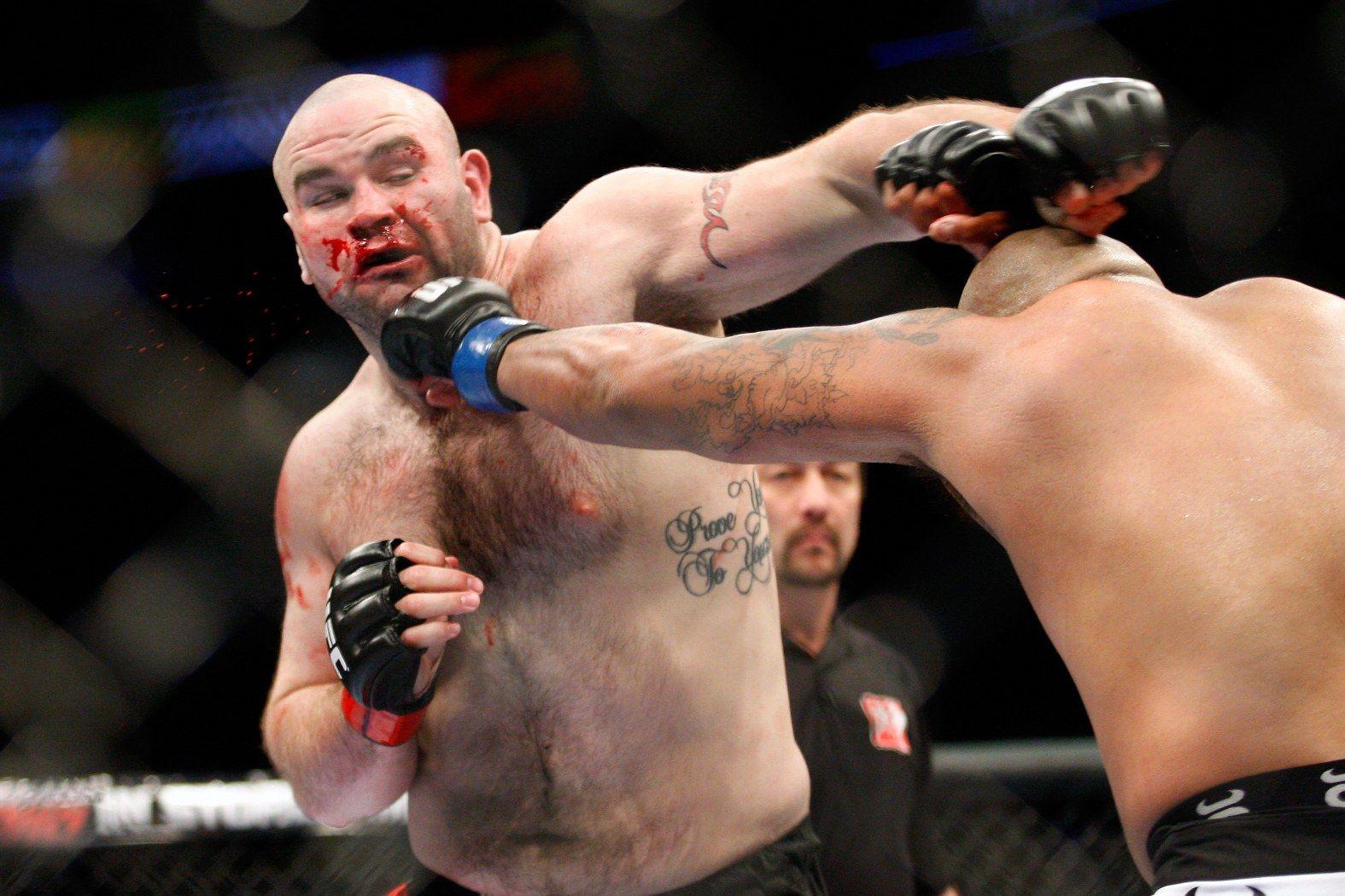 Тим Хаг получаваше вероятно по тежки удари като ММА боец, но боксът погуби живота му