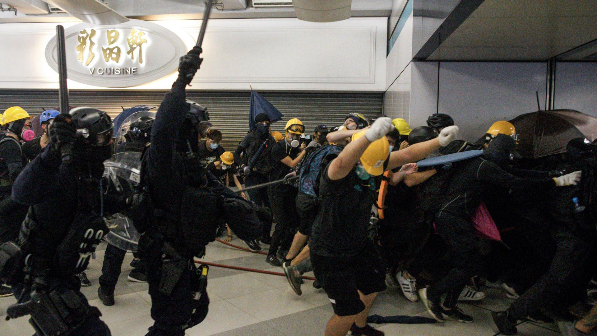 Близо 300 хил. души на протест в Хонконг, полиция ги прогонва с газ