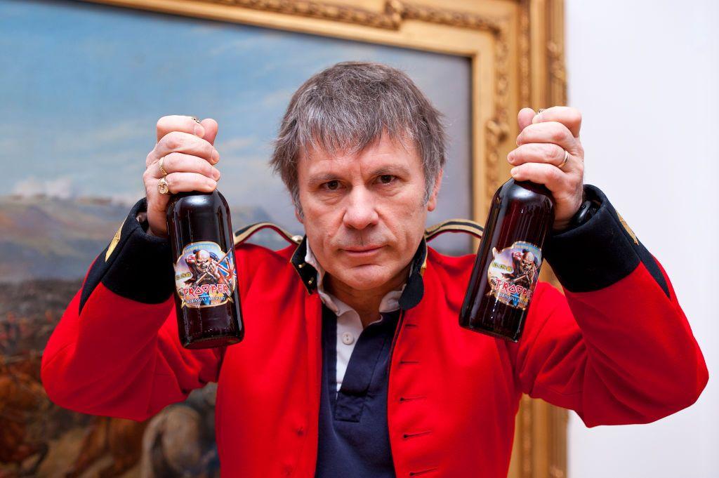 """Брус Дикинсън представя бирата """"Trooper"""" в Националния военен музей в Лондон през март 2013 г. Бирата се произвежда от семейната пивоварна Robinsons в Стокпорт"""