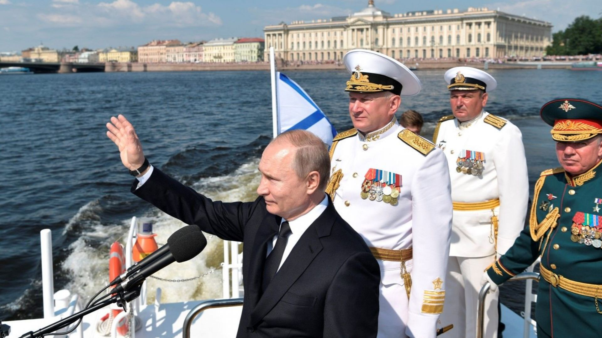 Путин на военноморски парад в Санкт Петербург, далеч от протестите в Москва