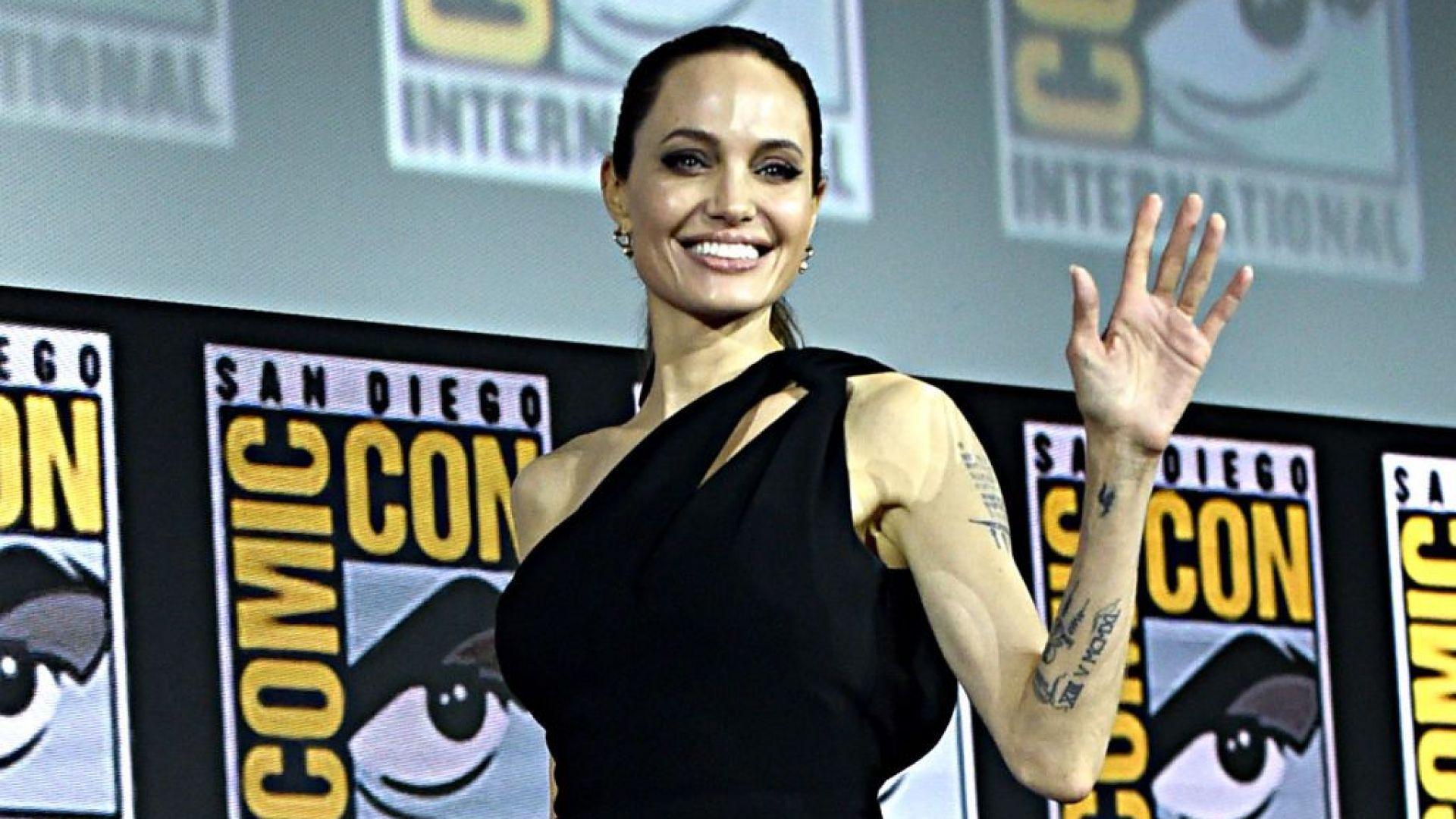 Анджелина Джоли абсолютно сексапилна без сутиен