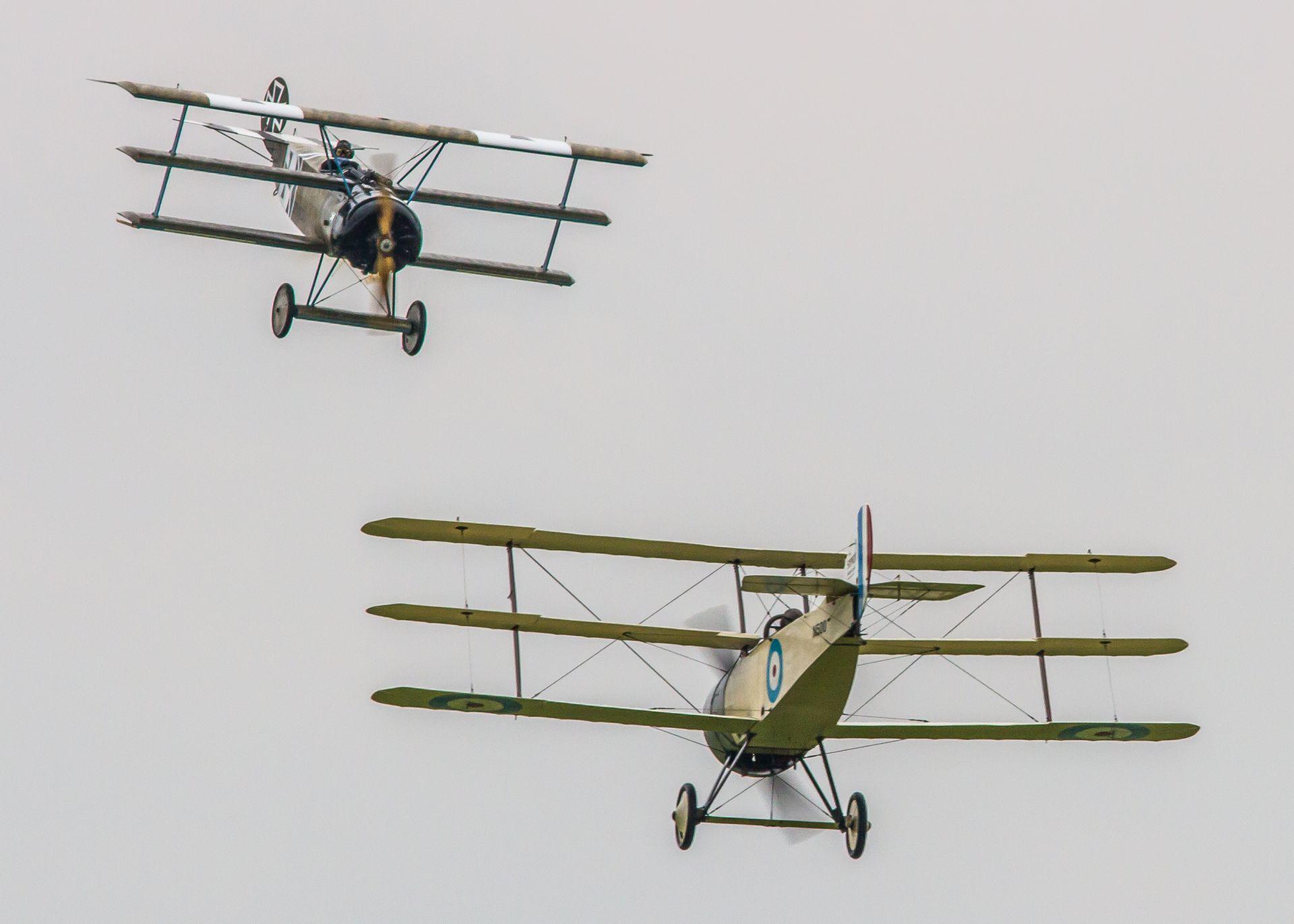 """14 септември 2014 г. Авиошоу в Кеймбриджшър, Англия. Брус Дикинсън (горе) управлява реплика на легендарния триплан Fokker Dr1, на който, по време на Първата световна война, е летял германският пилот Манфред фон Рихтхофен, известен като Червения барон, смятан и до днес за """"Асът на асовете"""". Дикинсън е страстен колекционер такива самолети."""