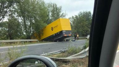 """Камионът на """"Рено"""" катастрофира на път за Гран при на Унгария във Формула 1"""