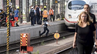 Мъж блъсна майка и син пред влак на гарата във Франкфурт, детето загина (видео)