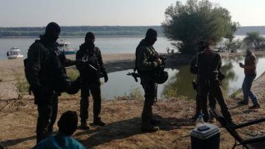 МВР пусна снимки и видео от акцията срещу трафиканти на дунавски остров
