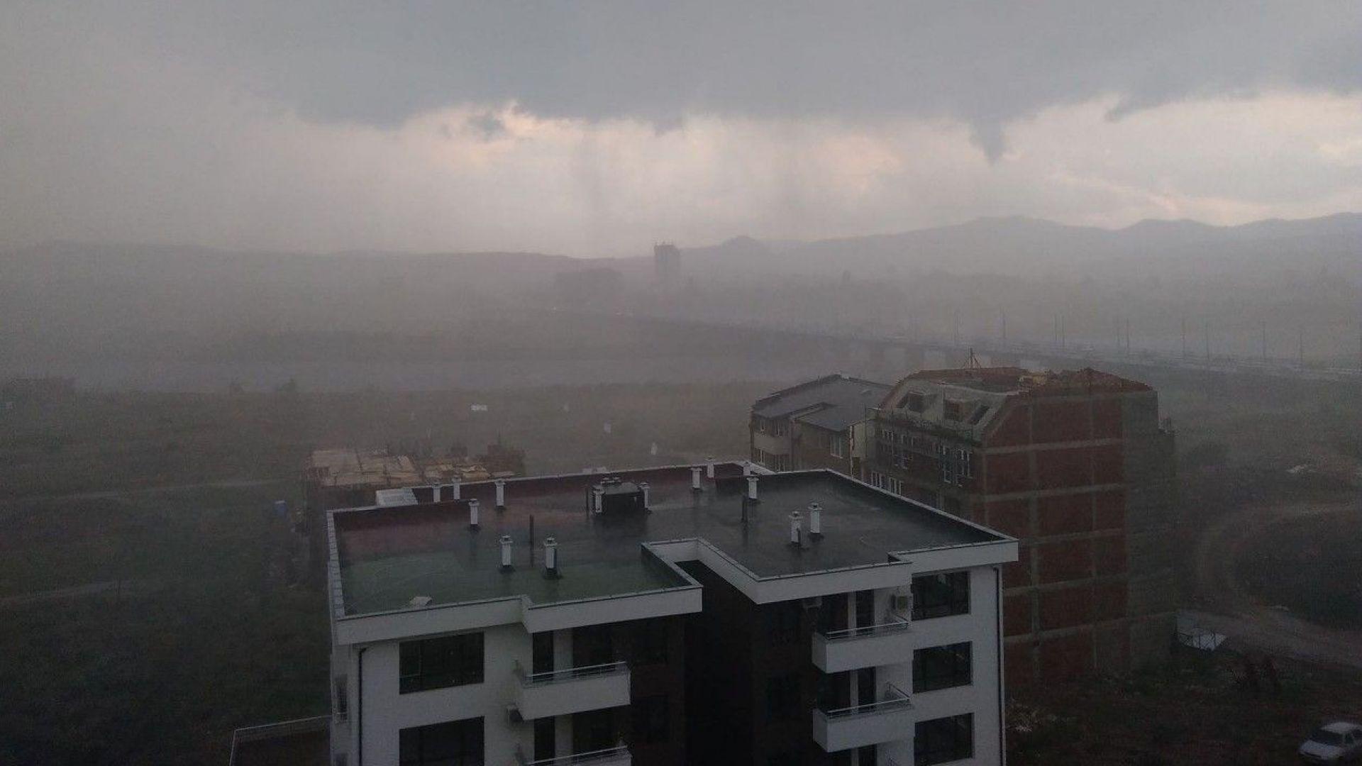 Мощна буря потопи под вода Кърджали (видео)