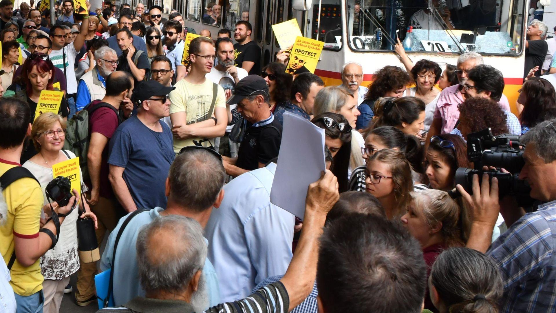 Протест пред Съдебната палата срещу номинацията на Иван Гешев