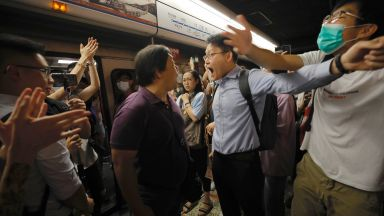 Хонконгските протестиращи спряха влакове в час пик и блокираха движението