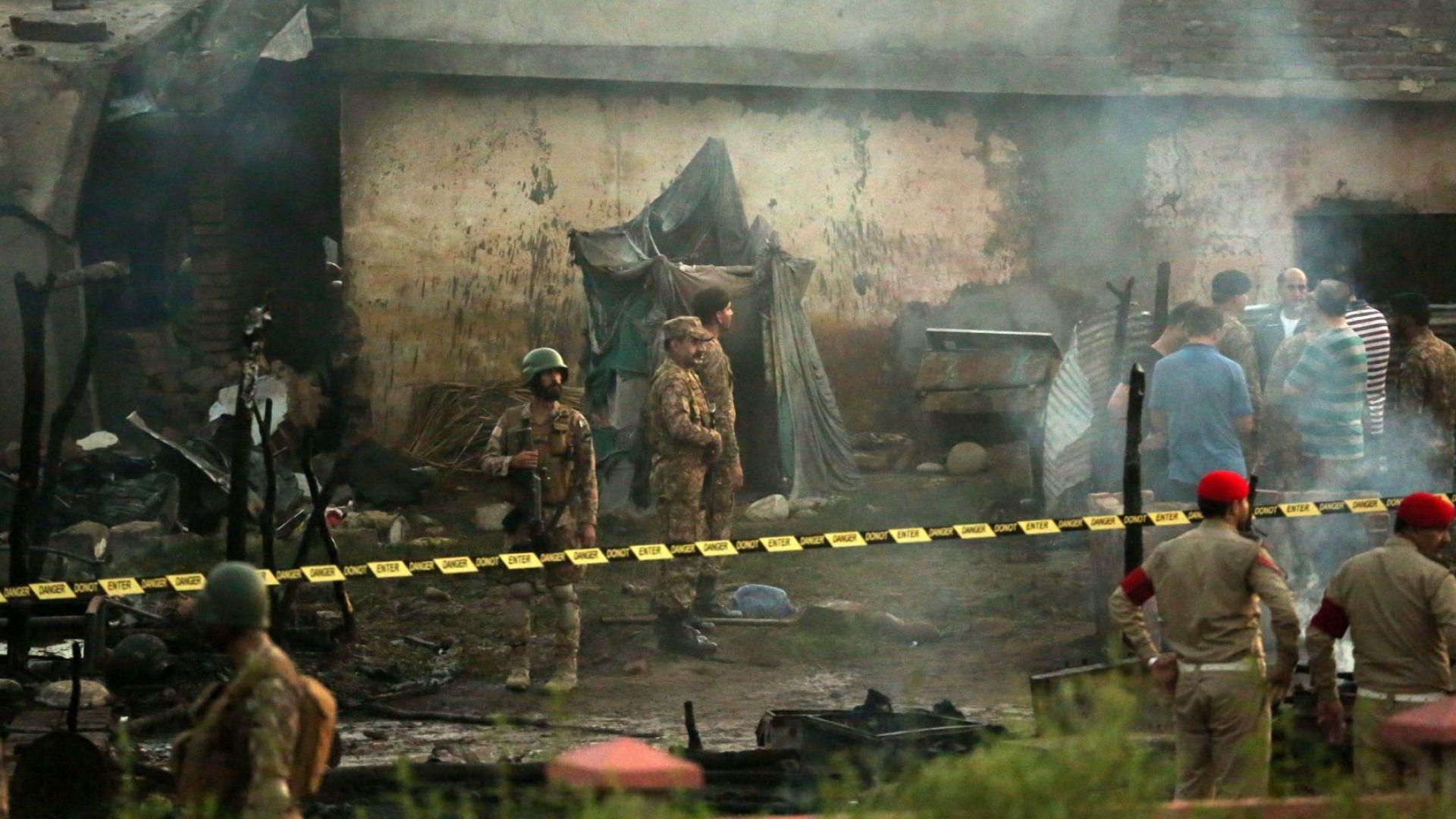 Самолет се разби в жилищен район в Пакистан, поне 17 загинали и 20 ранени (снимки)