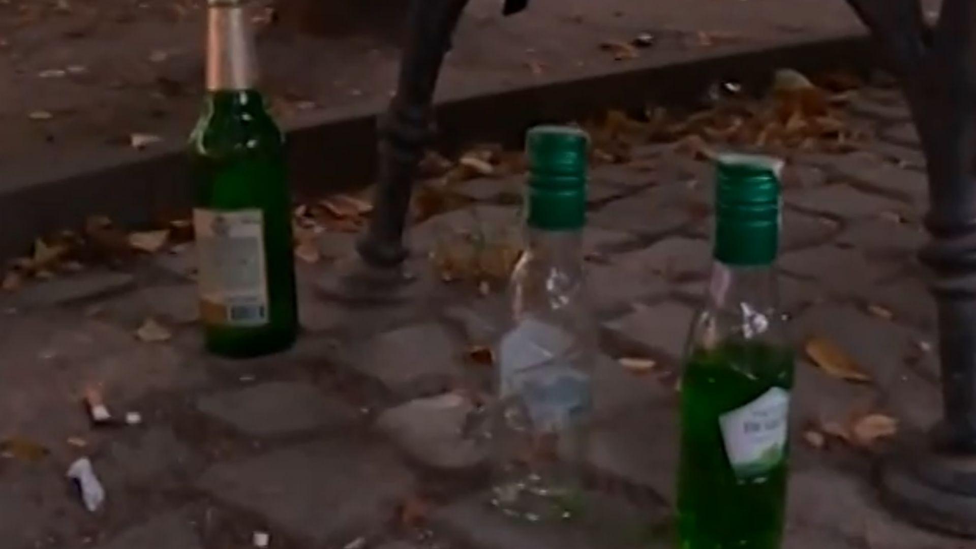 Градинка в центъра на София тъне в боклуци заради запои на бездомни